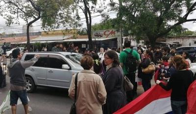 HOY / Activistas realizan bloqueos de calle y generan caos vehicular en zona del Botánico