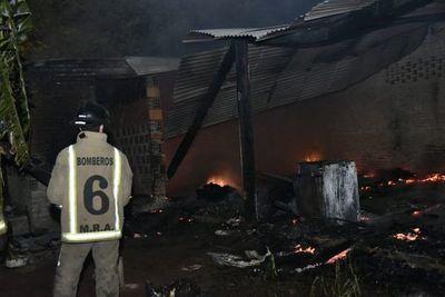 Una casa se incendió por completo en Mariano Roque Alonso