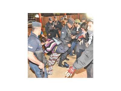 Tocaron el  Botánico y se desataron    incidentes entre policías y activistas