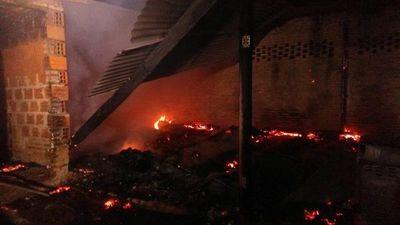 Precaria vivienda ardió en llamas en Roque Alonso