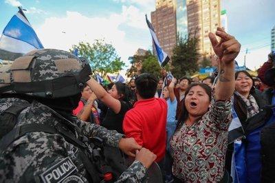 Adeptos de Mesa y Morales se enfrentan en Bolivia por recuento de votos