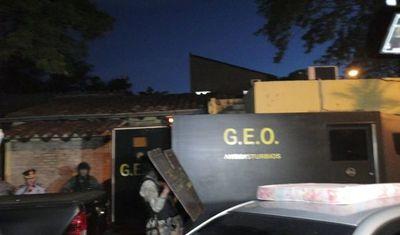 En vehículo blindado de GEO, Ediles lambareños abandonan comisaría
