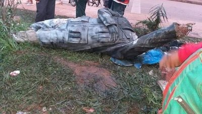 Bolivia: Con furia derriban estatua de Hugo Chávez