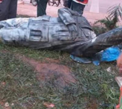 A machetazos derribaron estatua de Hugo Chávez en Bolivia