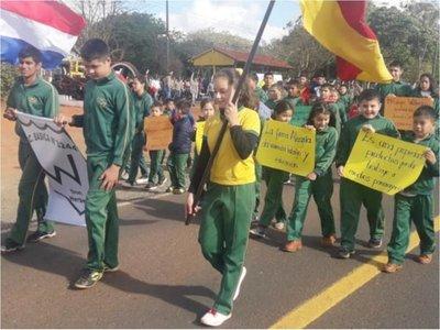 Empleados y alumnos  protestaron por la   expropiación de estancia