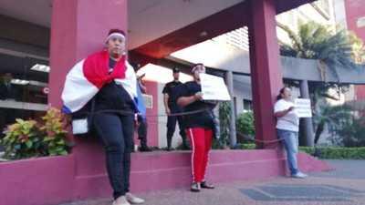 Exigen la libertad de Chilavert y se encadenan frente a la fiscalía de Asunción