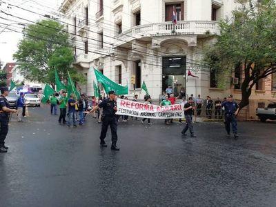 FNC marcha y critica a fiscales y al ministro del Interior