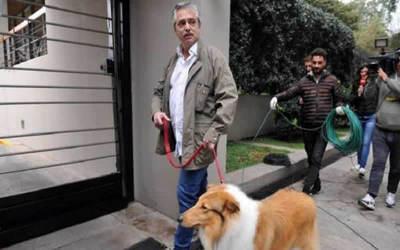 Alberto Fernández paseó a su perro antes de ir a votar