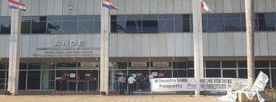 Funcionarios de ANDE protestan en reclamo de mayor presupuesto