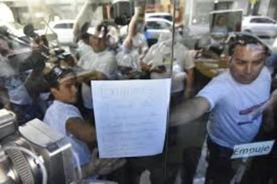 Docentes toman sede del MEC para exigir aumento salarial