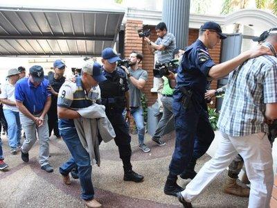 Policías detenidos llegan a la Fiscalía para indagatoria