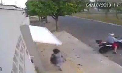 La mujer que fue devorada por un portón automático y causa furor