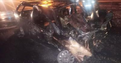 Un coche chocó con una ambulancia y se incendió