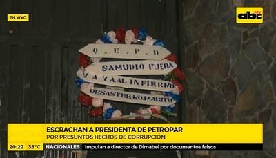 Escrachan a presidenta de Petropar frente a su casa