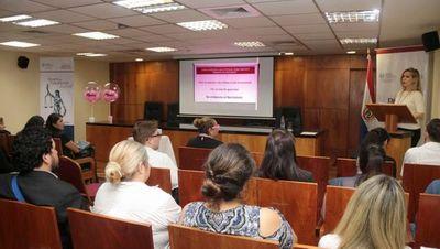 Funcionarios se instruyen en taller sobre salud mental