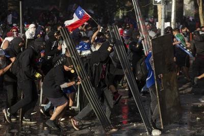 En medio de un paro general con movilización, Piñera suspende dos importantes cumbres internacionales en Chile