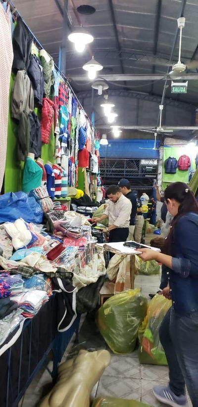 Allanan zona de comercios bolivianos en el Mercado 4