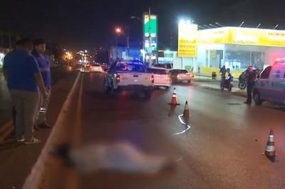 Esperaba en el semáforo, se lo llevó por delante un bus y murió