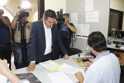 Petta presenta documentos y se defiende en la Contraloría