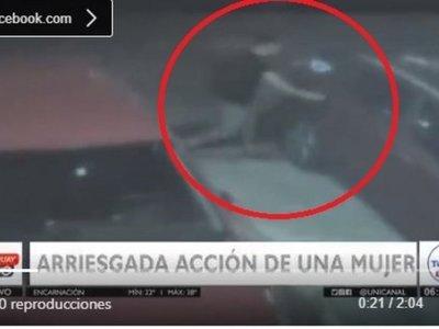 Se tiró de su auto para que no le roben