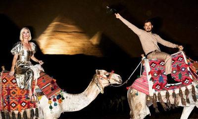Katy Perry continúa celebrando su cumpleaños en Egipto junto a Orlando Bloom