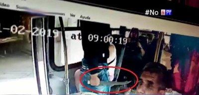 Con machetillo en mano, delincuentes asaltan a pasajeros de un bus