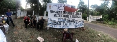 Funcionarios de la UCA protestan frente a la sede de la asamblea de la Conferencia Episcopal. Piden reposición de sindicalistas despedidos