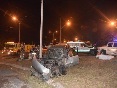 Violento accidente sobre Madame Lynch deja 5 jóvenes heridos