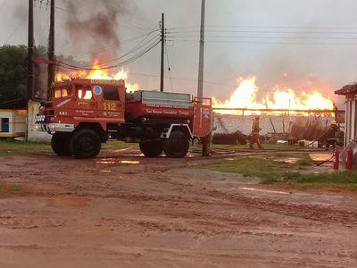Se incendia depósito de una gallinería en San Roque González