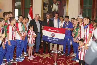 Presidente recibió a campeones de fútbol de salón que hicieron brillar la garra guaraní