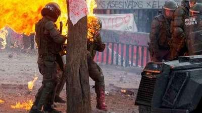 Protestas en Chile: El desesperante momento en que queman a dos mujeres carabineras