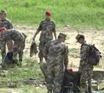 Militares limpian el río Paraguay