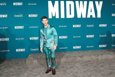 """Nick Jonas destaca con un colorido traje de seda en el estreno de """"Midway"""""""
