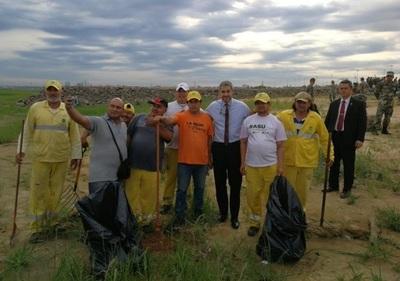 Abdo Benítez pide aprovechar bajante para limpiar el río Paraguay
