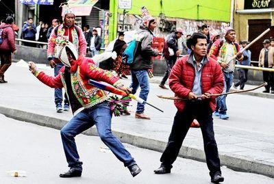 Oficialistas se enfrentan a protestas que denuncian fraude en Bolivia