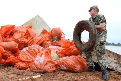 Militares se suman a limpieza del río Paraguay en Ita Pytã Punta
