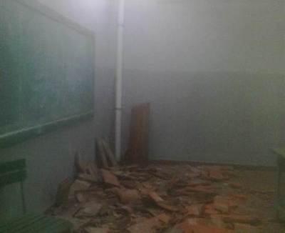 Se derrumba parte del techo de un colegio