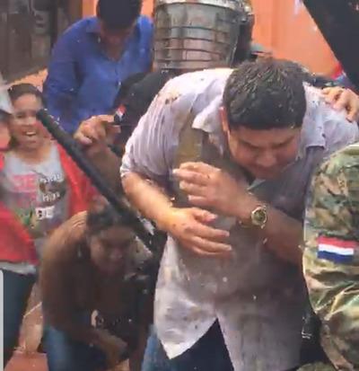 """Intendente de Arroyito fue echado a """"huevazos"""""""