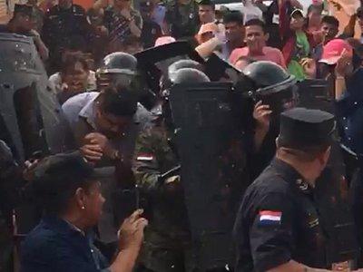 Con huevazos escrachan a intendente de Arroyito