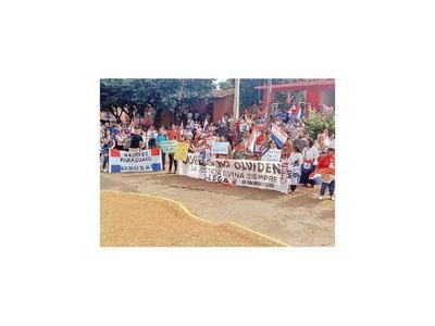 Protestan contra posible restitución de un menor