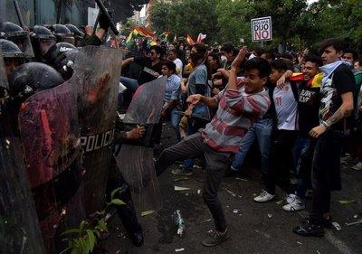 El conflicto boliviano se recrudece. Grupos de manifestantes se enfrentan a diario en las calles