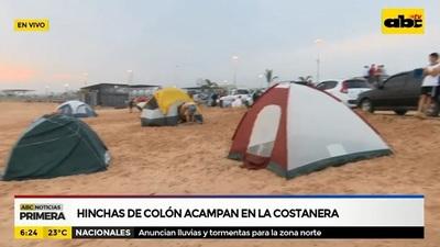 Hinchas de Colón acampan en la Costanera