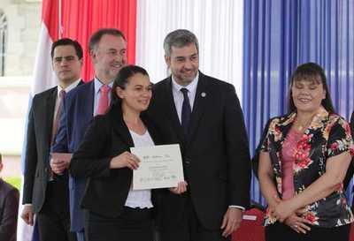 Paraguay fortalecerá programa nacional de becas de posgrado con apoyo del BID