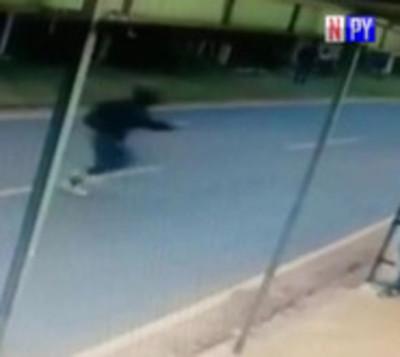 Motochorros atacan a una joven para robarle el celular