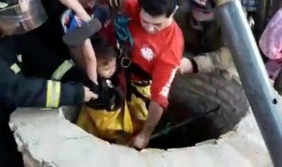 Rescatan a niño de 4 años que cayó a un pozo