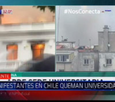 Antigua universidad de Chile arde en llamas tras protestas