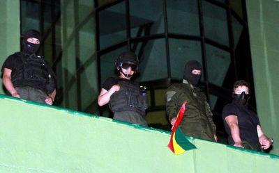 """Policías se amotinan contra Evo Morales, que denuncia golpe """"en marcha"""""""