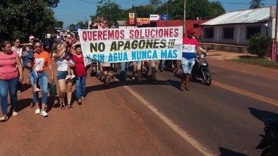 """""""Sin agua nunca más"""": Pobladores cierran ruta"""