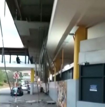 Cae parte del techo de la TOA