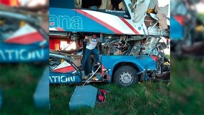 Colectivo choca contra un camión en Argentina y un paraguayo perdió la vida